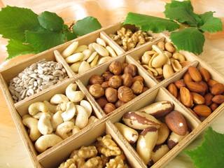 Nüsse im Holzkästchen