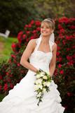 lachende Braut - glücklich verheiratet mit Spaß