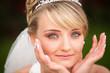 Portrait hübsche Braut - Hände Gesicht pretty bride