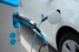 Fototapety Aufladen eines Elektroautos