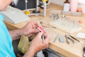 zahntechniker arbeitet an einer prothese