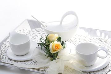 Tazzine bianche e fiore