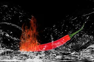 Brennende Chilischote mit Wasserspritzern