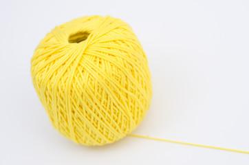 Gomitolo di lana gialla