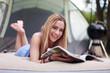 junge Frau beim Zeitschrift lesen