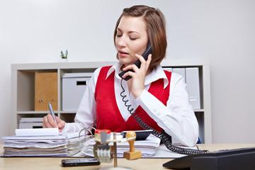 Sekretärin macht Notizen