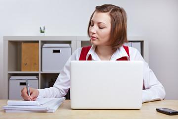 Geschäftsfrau arbeitet an Laptop