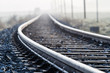Leinwanddruck Bild - Einspurige Bahnlinie im Morgennebel
