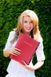 Frau mit Bewerbungsmappe für Arbeit
