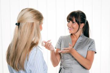 Frauen beim Gespräch am Arbitsplatz im Büro