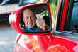 Senior als Autofahrer im Auto.