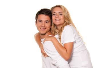 Lachendes junges Paar hat Spaß und Freude.