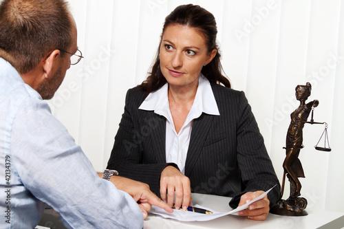 Rechtsanwalt im Büro.