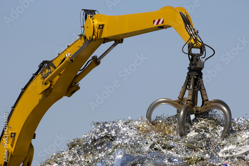 Crane for recycling metallic waste