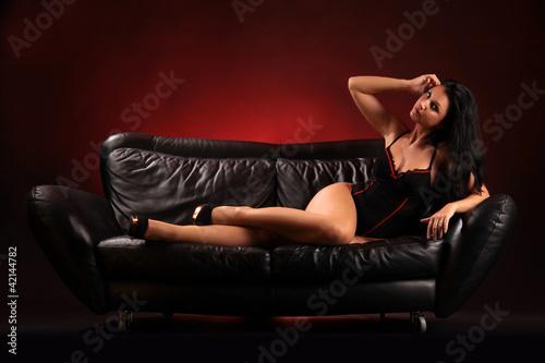 Liegend auf dem Sofa