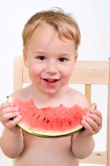 Kleiner Junge isst Wassermelone
