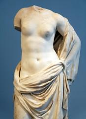 Femme de marbre blanc, fragment de statue.