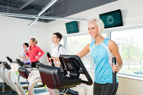 mlodzi-ludzie-na-biezni-fitness-cwiczenia