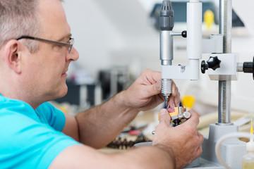 zahntechniker arbeitet an einem zahnersatz