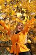 Blondine im Herbst
