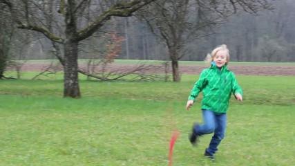 Kind wirft Bumerang