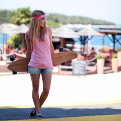 Longboard Girl am Strand