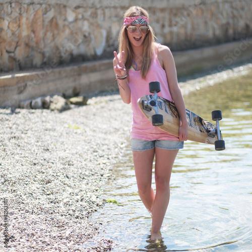 Longboard Girl am Strand