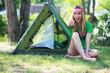 Mädchen beim Zelten
