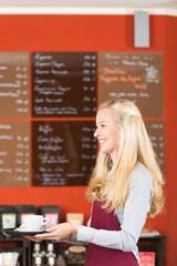 freundliche servicekraft im café