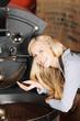 frau prüft kaffeebohnen in der kaffeerösterei