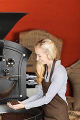 frau arbeitet in der kaffeerösterei