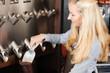 blonde verkäuferin füllt kaffeebohnen in eine tüte