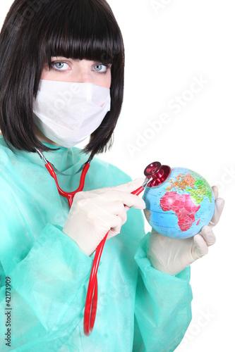 lekarz-slucha-bicia-serca-mini-globu