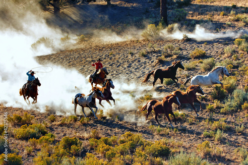 Leinwanddruck Bild Cowboy and Cowgirl Chase