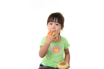 パンを頬張るかわいい女の子