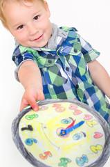 Kleine Junge mit bunter Uhr