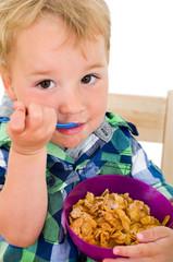 Kleiner Junge isst Cornflakes