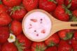 Erdbeerjoghurt auf einem Löffel