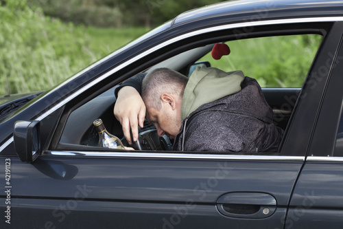 pijany-mezczyzna-spi-za-kierownica