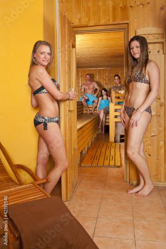 f nf menschen vor und in der sauna stockfotos und lizenzfreie bilder auf bild. Black Bedroom Furniture Sets. Home Design Ideas