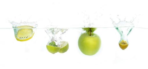 Früchte fallen ins wasser