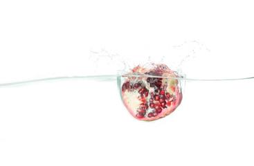 Granatapfel fällt ins Wasser