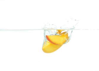 Mango fällt ins Wasser