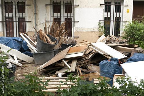 Baustelle mit Bauschutt und Müllsäcken