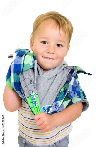 Kleiner Junge beim Anziehen