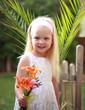 Mädchen mit selbst gepflücktem Lilienstrauß