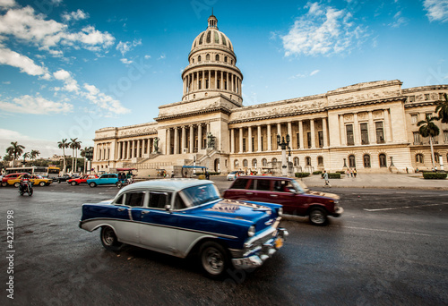 In de dag Cubaanse oldtimers Havana, Cuba - on June, 7th. capital building of Cuba, 7th 2011.