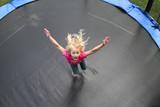 Kind auf Trampolin