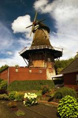 Typisch historische Windmühle in Ostfriesland