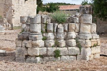 ruinas de una columna de un monasterio